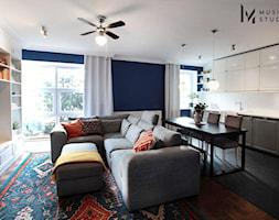 Zdecydowana Ślężna - Mały szary niebieski salon z kuchnią z jadalnią, styl nowojorski - zdjęcie od Musiał Studio - Homebook