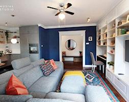 Zdecydowana Ślężna - Mały niebieski salon z kuchnią z jadalnią, styl nowojorski - zdjęcie od Musiał Studio - Homebook