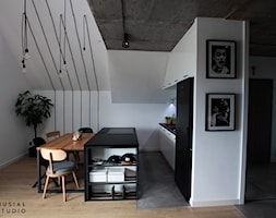 Industrialny Ołtaszyn - Średnia otwarta biała jadalnia w kuchni, styl industrialny - zdjęcie od Musiał Studio