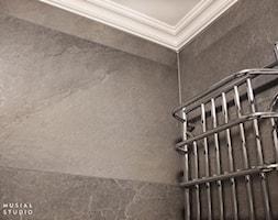 Zdecydowana Ślężna - Mała szara łazienka w bloku w domu jednorodzinnym bez okna, styl art deco - zdjęcie od Musiał Studio - Homebook
