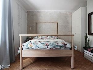 Eklektyczne śródmieście we Wrocław - Średnia beżowa biała sypialnia małżeńska, styl eklektyczny - zdjęcie od Musiał Studio
