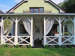 Weranda - Mały taras z tyłu domu, styl klasyczny - zdjęcie od Daria Jurczyk-Ziółkowska