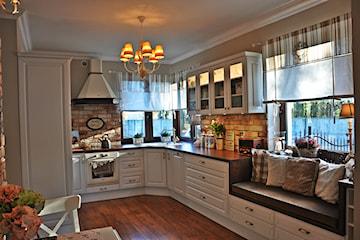 Jak udekorować okno w kuchni?
