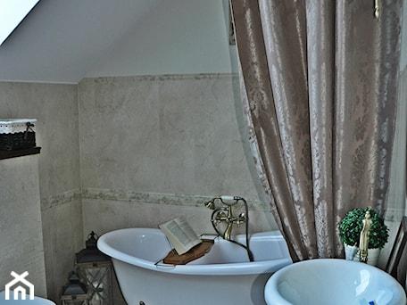 Mała biała beżowa łazienka na poddaszu w domu jednorodzinnym z oknem, styl klasyczny - zdjęcie od Daria Jurczyk-Ziółkowska