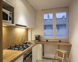 KUCHNIA&ŁAZIENKA_FRANCJA - Mała zamknięta wąska biała beżowa brązowa kuchnia w kształcie litery l - zdjęcie od GRUPA HYBRYDA