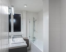 KUCHNIA&ŁAZIENKA_FRANCJA - Mała biała łazienka z oknem, styl nowoczesny - zdjęcie od GRUPA HYBRYDA