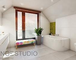 Dom w Bielsku-Białej - Duża biała łazienka na poddaszu jako salon kąpielowy z oknem, styl nowoczesny - zdjęcie od ORANGE STUDIO