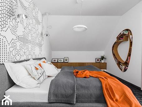 Aranżacje wnętrz - Sypialnia: Dom w Jaworznie - Średnia biała sypialnia małżeńska, styl nowoczesny - ORANGE STUDIO. Przeglądaj, dodawaj i zapisuj najlepsze zdjęcia, pomysły i inspiracje designerskie. W bazie mamy już prawie milion fotografii!