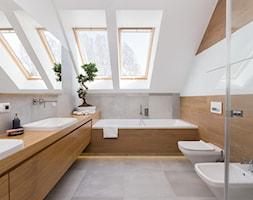 Dom w Jaworznie - Duża biała szara łazienka na poddaszu w domu jednorodzinnym z oknem, styl nowoczesny - zdjęcie od ORANGE STUDIO