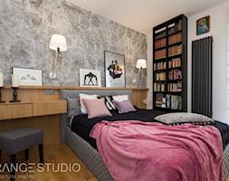 """Apartament """"Wilga Park"""", Kraków - Średnia biała szara sypialnia małżeńska, styl eklektyczny - zdjęcie od ORANGE STUDIO - Homebook"""