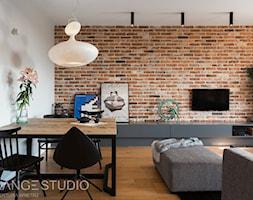 """Apartament """"Wilga Park"""", Kraków - Średni biały salon z jadalnią, styl industrialny - zdjęcie od ORANGE STUDIO - Homebook"""