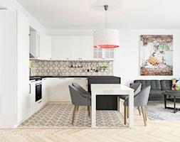 Kuchnia z wyfrezowanymi frontami dobrze komponuje się z kaflami w stylu hiszpańskim - zdjęcie od ORANGE STUDIO
