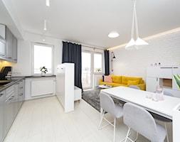 Apartament na Murarskiej, Kraków - Średni biały salon z kuchnią z jadalnią z tarasem / balkonem, styl skandynawski - zdjęcie od ORANGE STUDIO