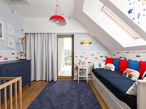 Dom w Jaworznie - Duży biały pastelowy niebieski kolorowy pokój dziecka dla chłopca dla malucha, styl skandynawski - zdjęcie od ORANGE STUDIO