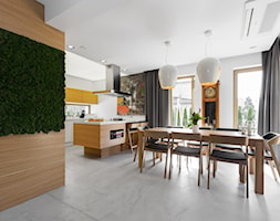 Dom w Jaworznie - Duża otwarta biała brązowa jadalnia w kuchni, styl nowoczesny - zdjęcie od ORANGE STUDIO