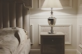 srebrna lampka nocna, lamperia na ścianach, wysoki zagłówek