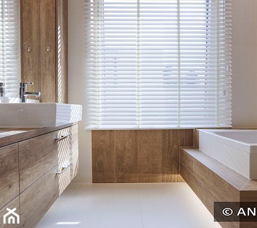 Żaluzje drewniane – wyjątkowe dekoracje w oknach łazienkowych