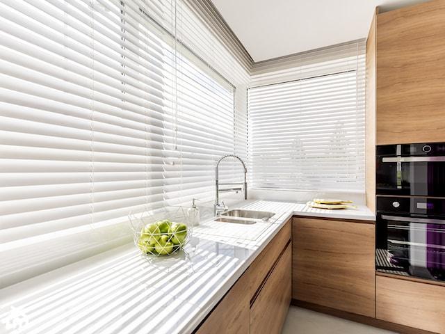 Białe żaluzje drewniane – idealne rozwiązanie do wnętrz w stylu skandynawskim