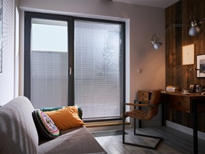 Żaluzja aluminiowa Juun - Małe białe biuro domowe kącik do pracy w pokoju, styl eklektyczny - zdjęcie od ANWIS Sp. z o.o.