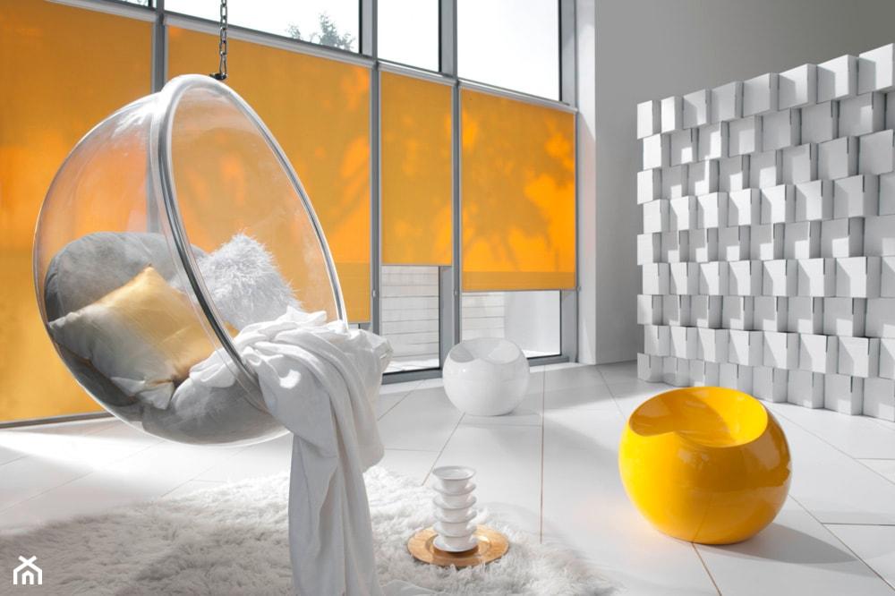 fotel kula zwisająca z sufitu, fotel przezroczysty, biały salon z pomarańczowymi dodatkami, plastikowa pufa, kontraktowe wnętrze
