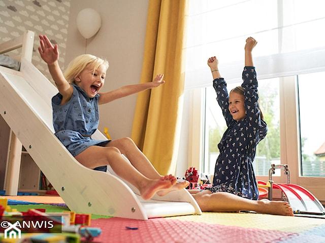 Osłony okienne bezpieczne dla dziecka. Jakie normy powinny spełniać rolety i żaluzje?