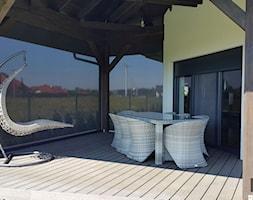 Rolety zewnętrzne SCREEN - Duży taras z tyłu domu - zdjęcie od ANWIS Sp. z o.o.