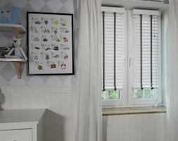 Żaluzje drewniane - Mały biały szary pokój dziecka dla chłopca dla dziewczynki dla niemowlaka dla malucha - zdjęcie od ANWIS Sp. z o.o.