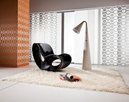 Żaluzje pionowe - Mały szary pomarańczowy salon, styl nowoczesny - zdjęcie od ANWIS Sp. z o.o.