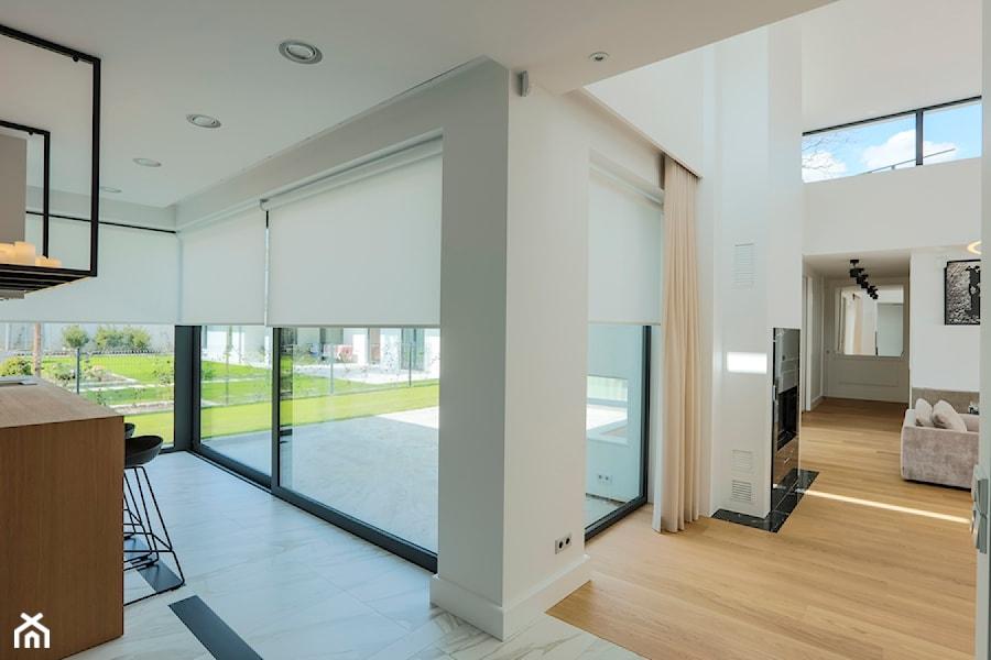 Rolety materiałowe - Średni biały salon z jadalnią, styl minimalistyczny - zdjęcie od ANWIS Sp. z o.o.