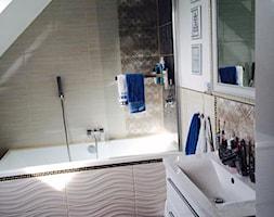 Metamorfoza mieszkania w ponad stuletniej kamienicy - Średnia beżowa łazienka na poddaszu w domu jednorodzinnym z oknem - zdjęcie od katiakw
