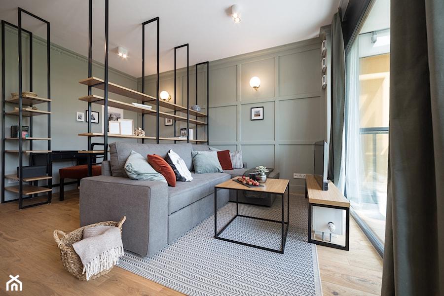 Mieszkanie_32m2 - Żoliborz - Duży szary salon z bibiloteczką z tarasem / balkonem, styl nowoczesny - zdjęcie od MPROJEKT Architektura Wnętrz