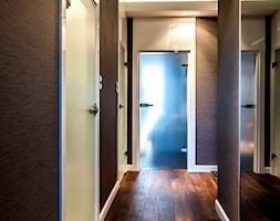 APARTAMENT LETNI - Średni beżowy brązowy hol / przedpokój, styl tradycyjny - zdjęcie od STUDIO FORMA