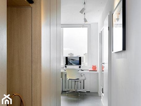 Aranżacje wnętrz - Hol / Przedpokój: Mieszkanie w wielkiej płycie - Mały szary hol / przedpokój, styl nowoczesny - Home Plan Joanna Mielczarek. Przeglądaj, dodawaj i zapisuj najlepsze zdjęcia, pomysły i inspiracje designerskie. W bazie mamy już prawie milion fotografii!