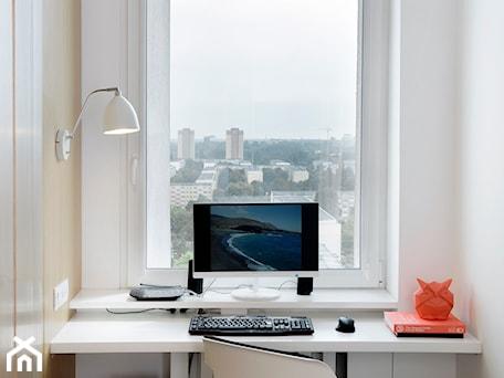 Aranżacje wnętrz - Biuro: Mieszkanie w wielkiej płycie - Małe białe biuro kącik do pracy, styl nowoczesny - Home Plan Joanna Mielczarek. Przeglądaj, dodawaj i zapisuj najlepsze zdjęcia, pomysły i inspiracje designerskie. W bazie mamy już prawie milion fotografii!