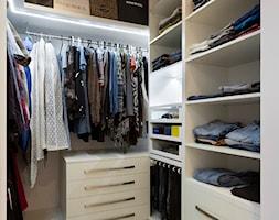Mieszkanie w wielkiej płycie - Mała zamknięta garderoba, styl nowoczesny - zdjęcie od Home Plan Joanna Mielczarek