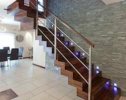 Średnie wąskie schody wachlarzowe drewniane, styl nowoczesny - zdjęcie od Malee - Projektowanie z pasją