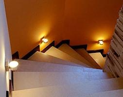 dom w zaciszu - Średnie wąskie schody jednobiegowe zabiegowe wachlarzowe betonowe - zdjęcie od Malee - Projektowanie z pasją