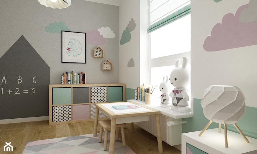 mieszkanie z miętą 80m2 - Średni biały szary pastelowy miętowy pokój dziecka dla dziewczynki dla malucha, styl skandynawski - zdjęcie od Grafika i Projekt architektura wnętrz