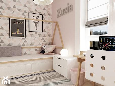 pokój dziecięcy - Mały średni różowy pokój dziecka dla dziewczynki dla ucznia dla malucha dla nastolatka, styl skandynawski - zdjęcie od Grafika i Projekt architektura wnętrz