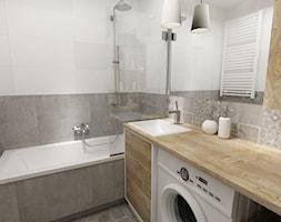 łazienki w stylu skandynawskim - Mała biała szara łazienka w bloku bez okna, styl nowoczesny - zdjęcie od Grafika i Projekt architektura wnętrz - Homebook