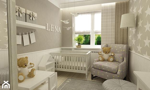 szary fotel w białe kropki, szara ściana z białą lamperią, białe łóżeczko niemowlęce