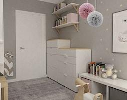pokój dziecięcy - Mały szary pokój dziecka dla chłopca dla dziewczynki dla niemowlaka dla malucha, styl skandynawski - zdjęcie od Grafika i Projekt architektura wnętrz