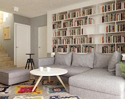 dom 120 m2 bemowo - Średni szary biały salon z bibiloteczką, styl nowoczesny - zdjęcie od Grafika i Projekt architektura wnętrz - Homebook