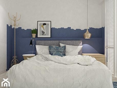 Aranżacje wnętrz - Sypialnia: projekty pojedynczych pomieszczeń - Mała biała niebieska sypialnia małżeńska na poddaszu z balkonem / tarasem, styl skandynawski - Grafika i Projekt architektura wnętrz. Przeglądaj, dodawaj i zapisuj najlepsze zdjęcia, pomysły i inspiracje designerskie. W bazie mamy już prawie milion fotografii!