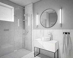 """Projekt wnętrz w """"kostce"""" - Mała biała szara łazienka w bloku w domu jednorodzinnym z oknem, styl n ... - zdjęcie od Antracyt - Homebook"""