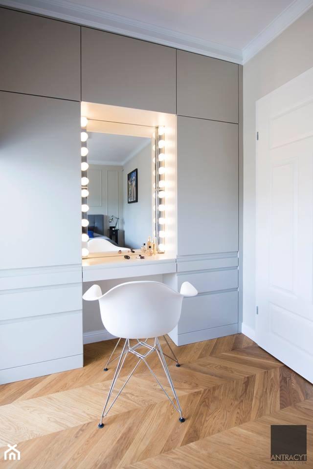 Realizacja - mieszkanie w stylu eklektycznym - Średnia beżowa sypialnia małżeńska, styl eklektyczny - zdjęcie od Antracyt