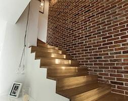 Szeregówka Białystok-realizacja - Średnie wąskie schody wachlarzowe drewniane betonowe, styl skandynawski - zdjęcie od Antracyt