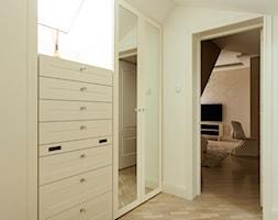 SYPIALNIA W DOMU POD WARSZAWĄ - Średnia otwarta garderoba z oknem przy sypialni na poddaszu, styl glamour - zdjęcie od MARTA PERSKA INTERIORS