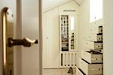garderoba na poddaszu, białe szafki, drewniana podłoga