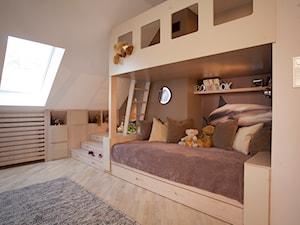 POKÓJ DZIECIĘCY - Średni biały brązowy pokój dziecka dla dziewczynki dla malucha, styl nowoczesny - zdjęcie od MARTA PERSKA INTERIORS